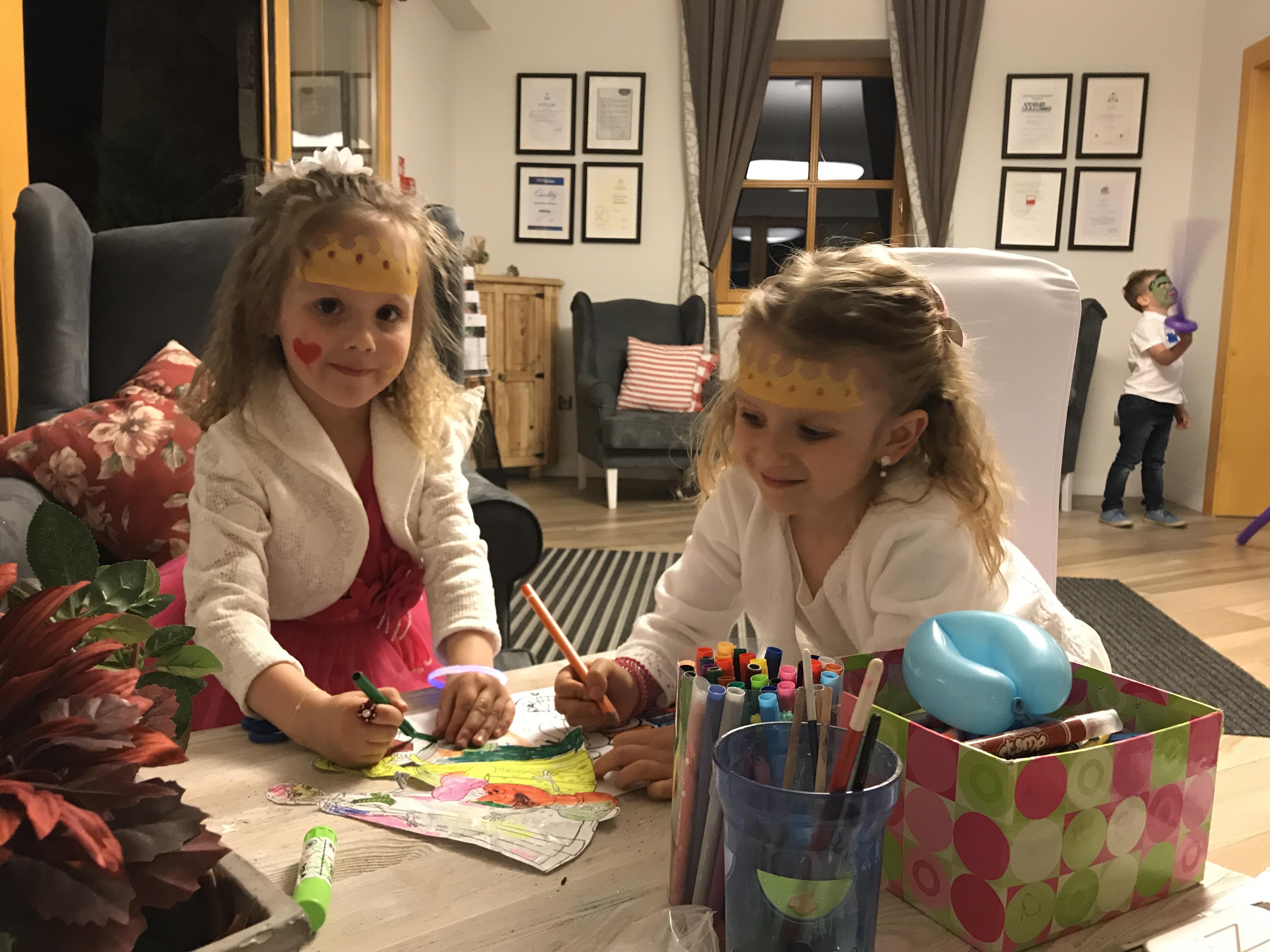 Organizacja urodzin dla dzieci na terenie Żywiec. Malowanie twarzy i modelowanie balonów. Całonocna opieka dla dzieci w trakcie imprezy.