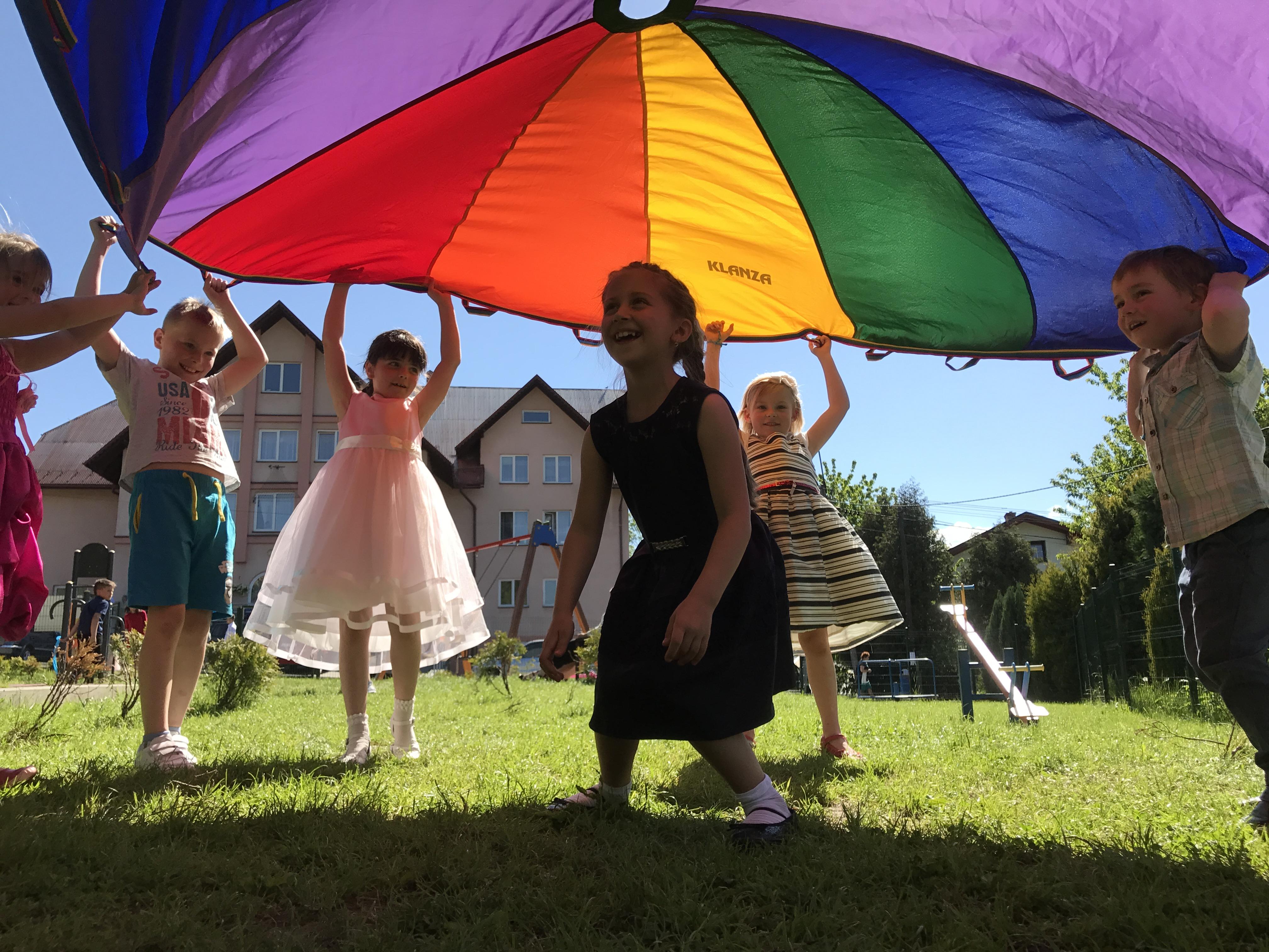 Opieka podczas wesela w Bielsko-Biała i Milówka. Basen z kulkami i zabawy ruchowe. Całodobowa opieka dla dzieci podczas imprezy.