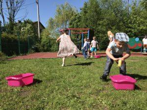 Opieka dla dzieci na terenie Milówka. Skoki w workach i przeciągnie liny. Całodobowa opieka dla dzieci podczas urodzin.