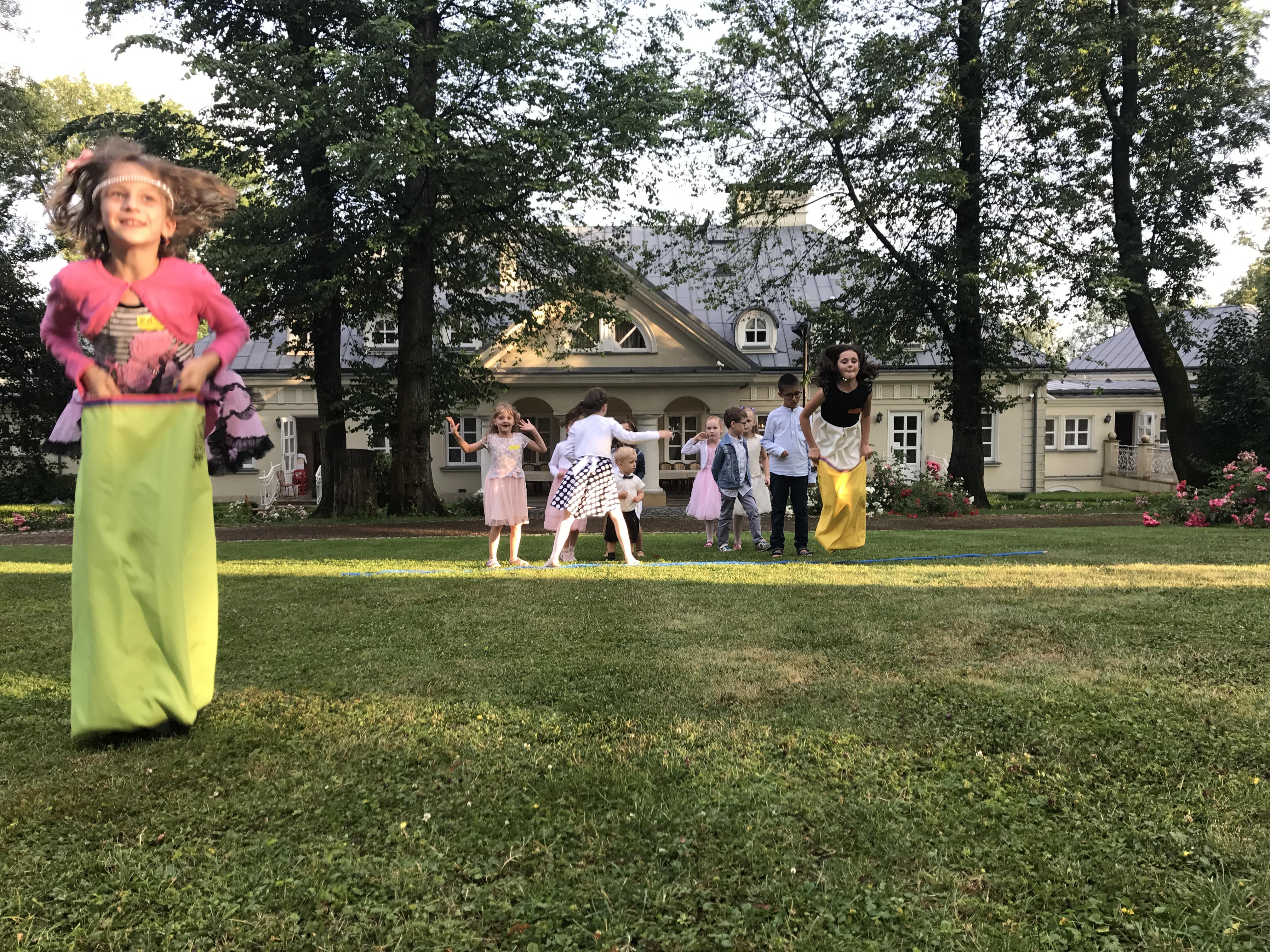 Animacje weselne na terenie Bielsko-Biała i Żywiec. Basen z kulkami i zabawy ruchowe. Całonocna opieka dla dzieci podczas komunii.