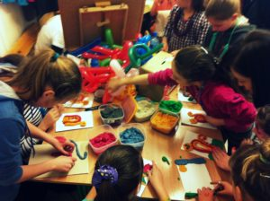 Animatorka dla dzieci na terenie Bielsko-Biała i Milówka. Pokazy baniek mydlanych i zabawy z chustą animacyjną. Całonocna opieka dla dzieci w trakcie komunii.