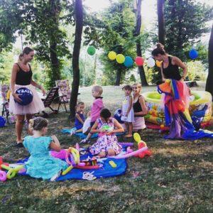 Organizacja urodzin dla dzieci w Bielsko-Biała i Żywiec. Pokazy baniek mydlanych i zabawy z chustą animacyjną. Całonocna opieka dla dzieci w czasie imprezy.