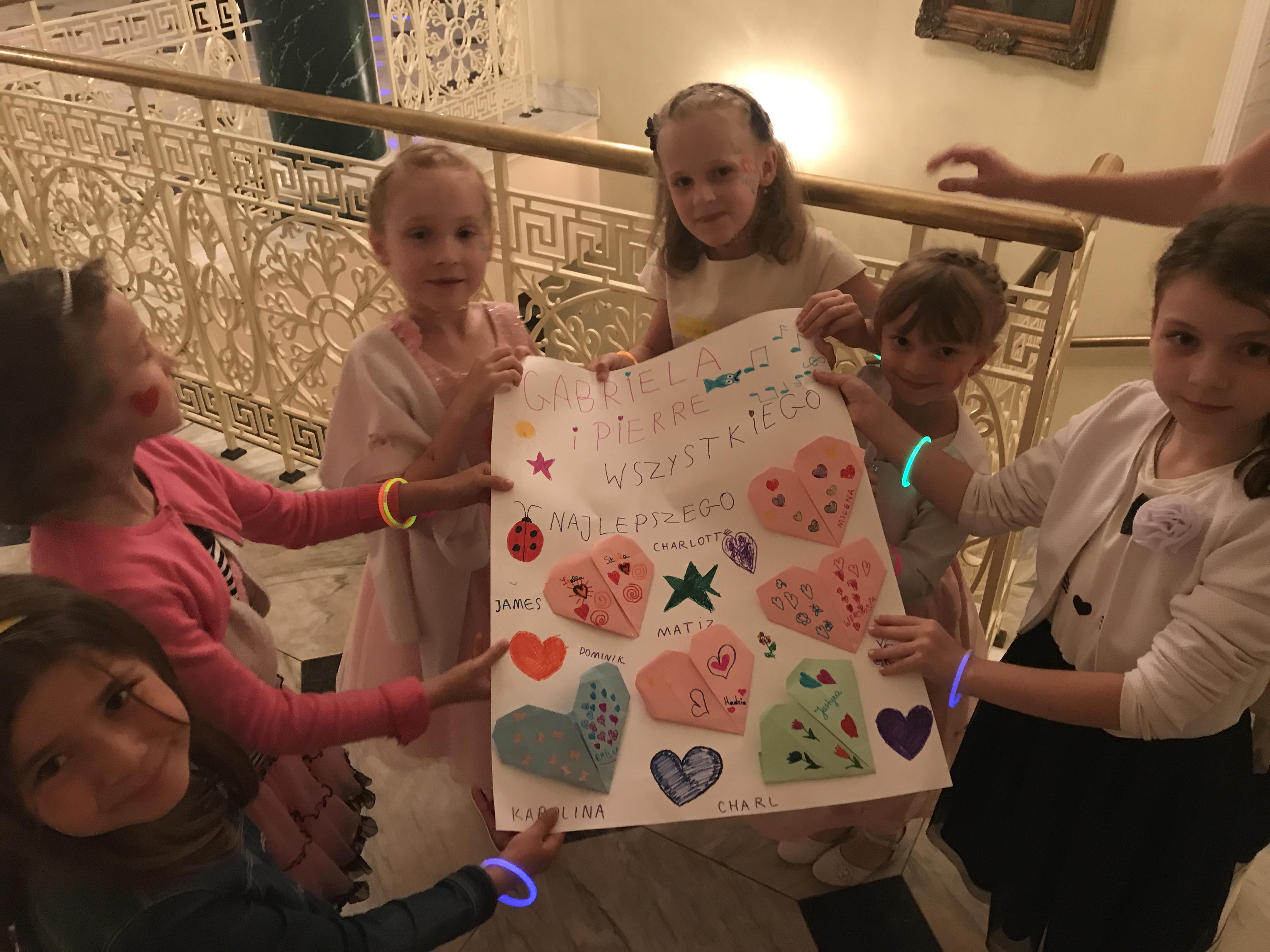 Opieka podczas wesela w Bielsko-Biała i Jeleśnia. Malowanie twarzy, robienie tatuaży oraz modelowanie zwierzątek z baloników. Całonocna opieka dla dzieci podczas komunii.